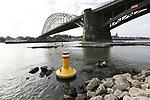 Foto: VidiPhoto<br /> <br /> NIJMEGEN &ndash; Het water in de Rijn en de Waal staat historisch laag. Iedere dag sneuvelen er records. In de Waal is de waterstand zo extreem laag dat schippers de noodklok luiden. Vooral in de beruchte bocht bij Nijmegen kunnen ze elkaar nauwelijks meer passeren. Het peil is daar zelfs een halve meter lager dan met de huidige wateraanvoer uit Duitsland zou moeten, becijfert de branchevereniging voor de binnenvaart Schuttevaer. Bodemerosie zou de oorzaak zijn. Schepen kunnen nog maar een beperkte hoeveelheid lading meenemen en moeten dus vaker op en neer varen. Tegelijkertijd grijpen schatzoekers en strandjutters hun kans, met name bij Nijmegen waar zich nog veel oorlogsresten in de Waal bevinden. Nog nooit eerder kon er zo dicht bij de vaargeul gezocht worden. De verwachting is dat de waterstand in Rijn en Waal deze week nog zeker 20-25 cm. daalt.