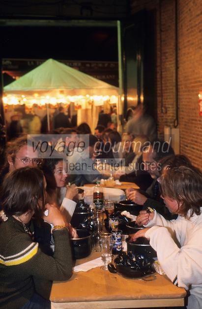 """Europe/France/Nord-Pas-de-Calais/59/Nord/Lille : Au restaurant """"Aux Moules"""" lors de la grande braderie - Dégustation de moules frites"""