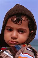 Vereinigte arabische Emirate (VAE, UAE), Fujairah, Kind am Strand von Khor Fakkan