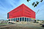 UTRECHT - Terwijl het verkeer van één der drukste snelwegen van Nederlands ongezien voorbijraast, ingekapseld in een betonnen landtunnel, wordt naast de A2-tunnelbak de laatste hand gelegd aan de door Dura Vermeer Bouw Hengelo gebouwde bioscoop De sterrenkijker. Het in opdracht van Cinemec gebouwde complex gaat half september open, is ongeveer 11.000 m² groot en heeft zeven zalen met circa 2000 stoelen. Om het laag, op het maaiveld geplaatste project gelijkvloers met de hogere tunnelbak te krijgen is een metershoge laag grond gestort, waarbij door Van Wijk uit Nieuwegein geplaatste, piepschuim esp-blokken tegen de tunnel de gronddruk moeten verlagen om verstoring van de tunnel te voorkomen. Lammerink opdracht gekregen voor het realiseren van de De elektrotechnische en werktuigbouwkundige installaties zijn aangelegd door Lammerink, het stalen frame door Oostingh Staalbouw. COPYRIGHT TON BORSBOOM