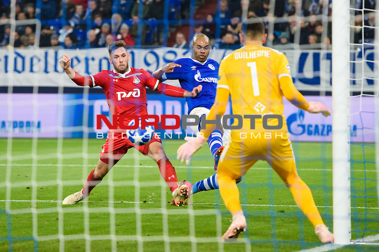 11.12.2018, VELTINS Arena, Gelsenkirchen, Deutschland, GER, UEFA Champions League, Gruppenphase, Gruppe D, FC Schalke 04 vs. FC Lokomotiv Moskva / Moskau<br /> <br /> DFL REGULATIONS PROHIBIT ANY USE OF PHOTOGRAPHS AS IMAGE SEQUENCES AND/OR QUASI-VIDEO.<br /> <br /> im Bild Zweikampf zwischen Maciej Rybus (#31 Moskau) und Naldo (#29 Schalke) / Torschuss<br /> <br /> Foto &copy; nordphoto / Kurth