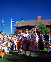 Sweden, Province Dalarnas laen, Leksand: Midsummer, young women dancing around midsummer pole | Schweden, Provinz Dalarnas laen, Leksand: Mittsommerfest, junge Frauen beim Reigentanz um den Mittsommerbaum