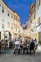 Portugal, Alentejo, Evora: das historische Zentrum von Evora gehoert seit 1986 zum UNESCO-Weltkulturerbe - Restaurants am Abend in der Alcarcova de Baixo | Restaurants at night along the Alcarcova de Baixo, Evora, Alentejo, Portugal, Europe
