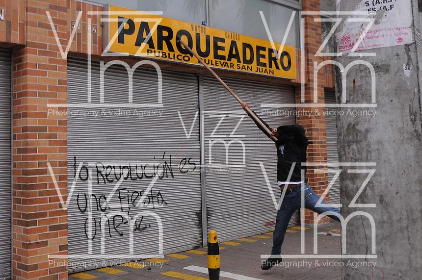 MEDELLÍN –COLOMBIA, 01-04-2013. Un jóven destuye propiedad privada durante la conmemoración del Día Internacional del Trabajo en las calles de la ciudad de Medellín./  A young drestoying a private property during  International Work Day commemoration at Medellin streets.  Photo: VizzorImage /Luis Ríos/Str
