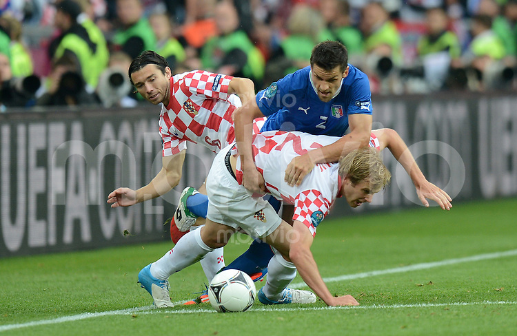 FUSSBALL  EUROPAMEISTERSCHAFT 2012   VORRUNDE Italien - Kroatien                    14.06.2012 Danijel Pranjic (li, Kroatien) und Ivan Strinic (re, Kroatien) gegen Christian Maggio (Mitte, Italien)