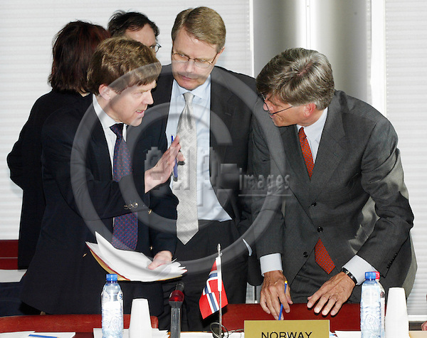 BRUSSELS-BELGIUM - 31 MARCH 2003-- At 15.22 o'clock Lorents LORENTSEN (L) from the Norwegian Finance Department brings a document to  Ambassador Bj¿rn (Bjorn, Bjoern) T. GRYDELAND (R), which needs to be discussed before the start of the EEA negosiations with the applicant countries and the EU-Commission to start. Sven E. Svedman (C) taking part in the discussion.  -- PHOTO: EUP-IMAGES.COM / JUHA ROININEN