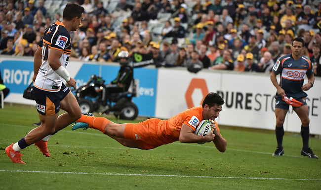 Jaguares player  Jeronimo de la Fuente scores during the Super Rugby match between the ACT Brumbies and the Argentinian Jaguares at Canberra on April 22, 2018. AFP PHOTO / MARK GRAHAM --- IMAGE RESTRICTED TO EDITORIAL USE - STRICTLY NO COMMERCIAL USE --