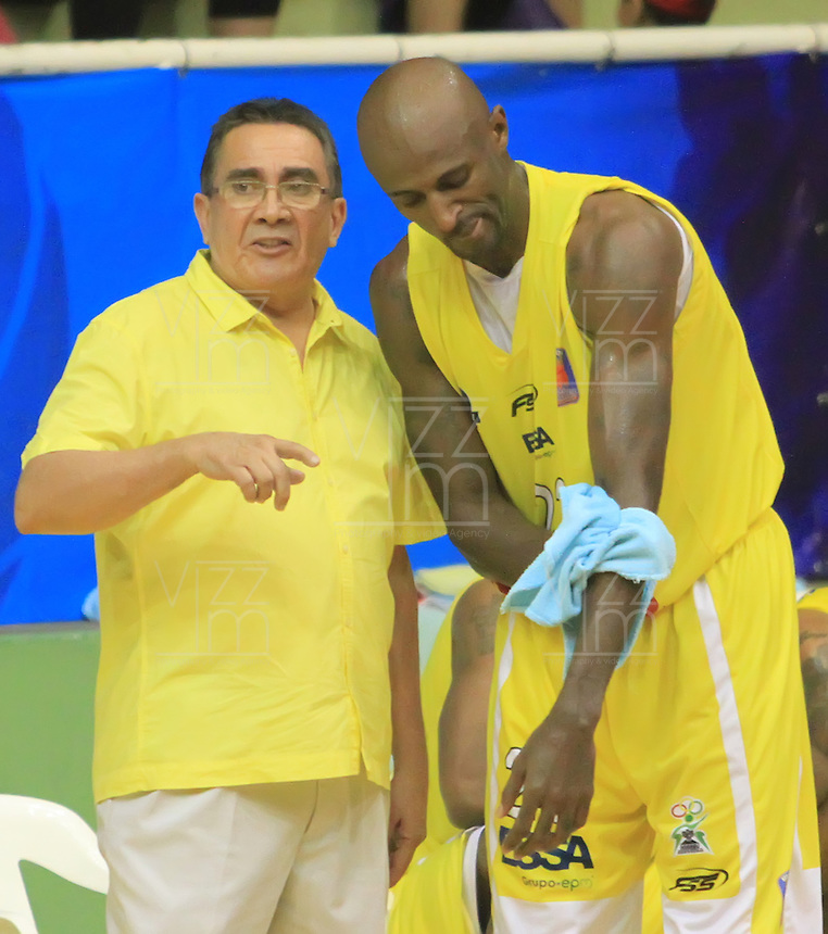 BUCARAMANGA - COLOMBIA: 29-10-2013: Carlos Parra (Izq.), técnico Bucaros de Bucaramanga, da instrccciones a los jugadores durante partido, octubre 29 de 2013. Bukaros de Bucaramanga y Guerreros de Bogota, durante partido de la fecha 34 de la fase I de la Liga Directv Profesional de Baloncesto 2 en partido jugado en el Coliseo Vicente Diaz Romero. (Foto: VizzorImage / Duncan Bustamante / Str). Carlos Parra (L),coach  from Bucaros from  Bucaramanga, gives instructions to the players during a match, October 29, 2013. Bukaros from  Bucaramanga and Guerreros from Bogota during a match for the 34 date of the Fase II of the League of Professional Directv Basketball 2 game at the Vicente Diaz Romero Coliseum. (Photo. VizzorImage / Duncan Bustamante / Str)