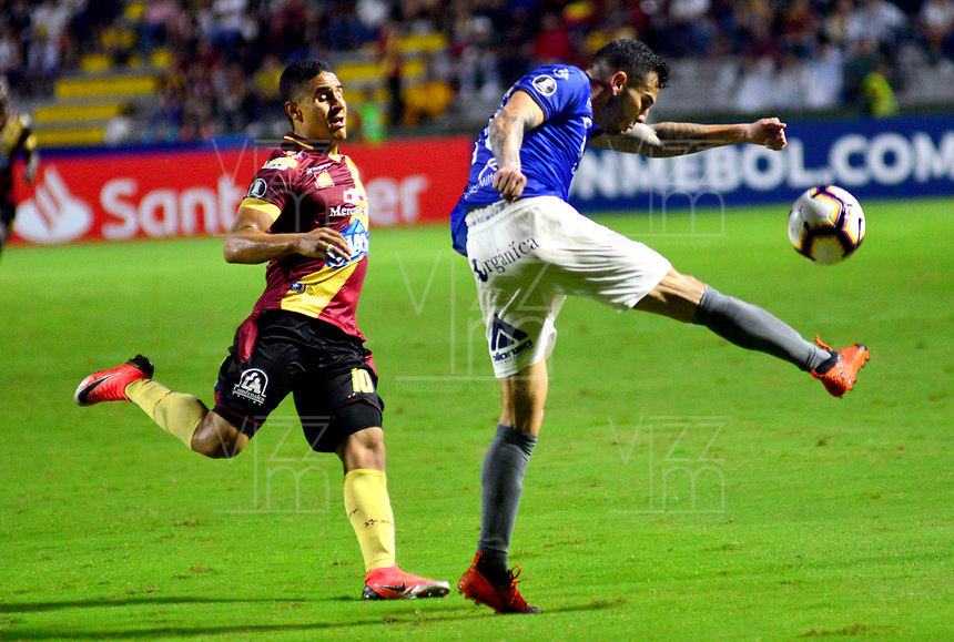 IBAGUE- COLOMBIA, 03-04-2019: Daniel Cataño de Deportes Tolima (COL) disputa el balón con Jorge Ortiz de Jorge Wilstermann (BOL), durante partido de la fase de grupos, grupo G, fecha 3, entre Deportes Tolima (COL) y Jorge Wilstermann (BOL), por la Copa Conmebol Libertadores 2019, en el Estadio Manuel Murillo Toro de la ciudad de Ibague. / Daniel Cataño of Deportes Tolima (COL) vies for the ball with Jorge Ortiz of Jorge Wilstermann (BOL), during a match of the groups phase, group G, 3rd date, beween Deportes Tolima (COL) and Jorge Wilstermann (BOL), for the Conmebol Libertadores Cup 2019, at the Manuel Murillo Toro Stadium, in Ibague city. VizzorImage / Juan Carlos Escobar / Cont.