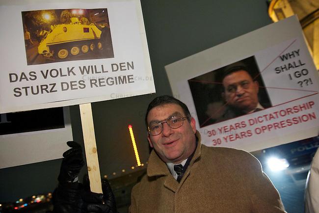 Protestkundgebung von Exil-Aegyptern in Duesseldorf<br /> Etwa 120 Exil-Aegypter versammelten sich am Dienstag den 1. Februar 201 in Duesseldorf zu einer Protestkundgebung gegen das Regime des Praesidenten Hosni Mubarak. Sie solidarisierten sich mit den Menschen in ihrem Heimatland und forderten den Ruecktritt der Regierung und des Praesidenten, sowie freie Wahlen und die Errichtung einer Demokratischen Regierung.<br /> 1.2.2011, Duesseldorf<br /> Copyright: Christian-Ditsch.de<br /> [Inhaltsveraendernde Manipulation des Fotos nur nach ausdruecklicher Genehmigung des Fotografen. Vereinbarungen ueber Abtretung von Persoenlichkeitsrechten/Model Release der abgebildeten Person/Personen liegen nicht vor. NO MODEL RELEASE! Don't publish without copyright Christian-Ditsch.de, Veroeffentlichung nur mit Fotografennennung, sowie gegen Honorar, MwSt. und Beleg. Konto:, I N G - D i B a, IBAN DE58500105175400192269, BIC INGDDEFFXXX, Kontakt: post@christian-ditsch.de]