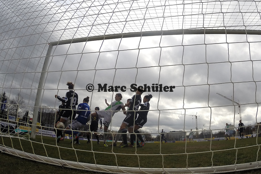 Große Chance fuer den VfL Wolfsburg, Fatmire Alushi (FFC) klaert auf der Linie