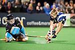 BLOEMENDAAL  - Hockey -  finale KNHB Gold Cup dames, Bloemendaal-HDM . Bloemendaal wint na shoot outs. keeper Diana Beemster (Bldaal) met Mascha Sterk (HDM) .  COPYRIGHT KOEN SUYK