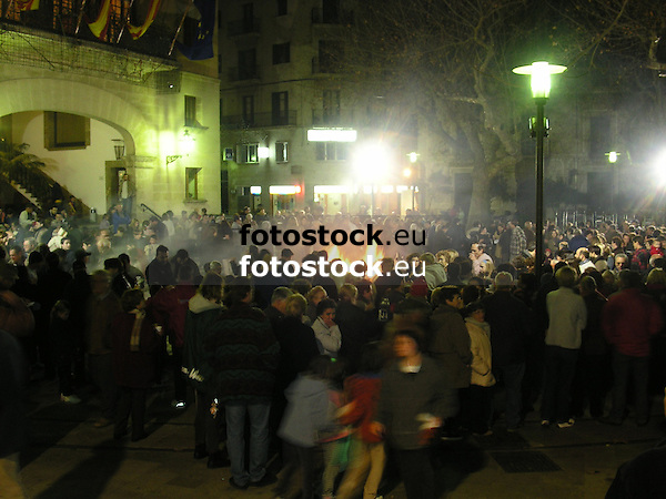 habitants of S&oacute;ller around the bonfire on the main square in front of the town hall at Saint Antony's Day<br /> <br /> ciudadanos de S&oacute;ller alrededor del fuego de San Antonio (cat.: Sant Antoni) delante del ayuntamiento<br /> <br /> Einwohner von S&oacute;ller um das Sankt Antonius Feuer vor dem Rathaus<br /> <br /> 2272 x 1704 px<br /> 150 dpi: 38,47 x 28,85 cm<br /> 300 dpi: 19,24 x 14,43 cm
