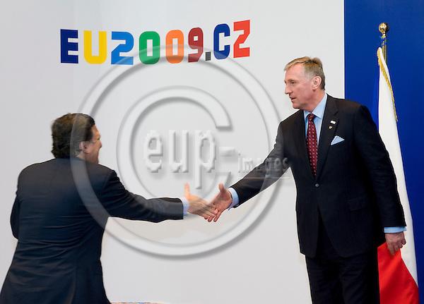 Brussels-Belgium - 01 March 2009 -- Extraordinary European Council, informal EU-summit under Czech Presidency; here, Mirek TOPOLANEK (ri)(Topolánek), Prime Minister of Czech Republic, welcomes José (Jose) Manuel BARROSO (le), President of the European Commission -- Photo: Horst Wagner / eup-images
