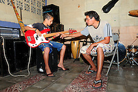 William Guardado, music tutor from the Music for Hope youth project, teaching a member of the band 'Los Sin Casa'.<br /> The project is based in Nueva Esperanza, El Salvador.