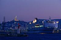 Europe/France/Provence-Alpes-Côte d'Azur/13/Bouches-du-Rhône/Marseille : Le port de commerce la nuit en fond la basilique Notre-Dame-de-la-Garde