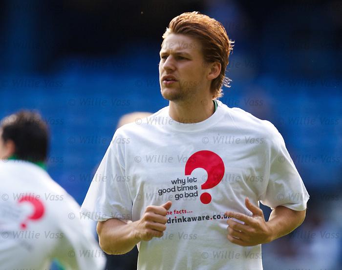 Glenn Loovens before the match