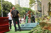 SÃO PAULO, SP, 09 DE JANEIRO DE 2012 - DESMONTAGEM DECORAÇÃO DE NATAL BRADESCO - Homens trabalham na desmontagem da decoração de natal do Bradesco na Avenida Paulista na tarde desta segunda, 09. FOTO: ALEXANDRE MOREIRA - NEWS FREE.