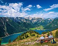 Oesterreich, Tirol, oberhalb Maurach, Blick ueber den Achensee und Pertisau zum Karwendelgebirge | Austria, Tyrol, above Maurach, view at Achen Lake, Pertisau and Karwendel mountains