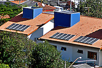 Casa com energia solar no Alto de Pinheiros, São Paulo. 2004. Foto de Juca Martins.