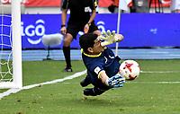 BARRANQUILLA – COLOMBIA - 23 – 03 -2017: Carlos Lampe, portero de Bolivia, logra detener el disparo de James Rodriguez (Fuera de Cuadro), jugador de Colombia, durante partido entre los seleccionados de Colombia y Bolivia, de la fecha 13 válido por la clasificación a la Copa Mundo FIFA Rusia 2018, jugado en el estadio Metropolitano Roberto Melendez en Barranquilla. / Carlos Lampe, goalkeeper of Bolivia, stop James Rodriguez (Out of Frame), player of Colombia, during match between the teams of Colombia and Bolivia, of the date 13 valid for the Qualifier to the FIFA World Cup Russia 2018, played at Metropolitan stadium Roberto Melendez in Barranquilla. Photo: VizzorImage / Luis Ramirez / Staff.