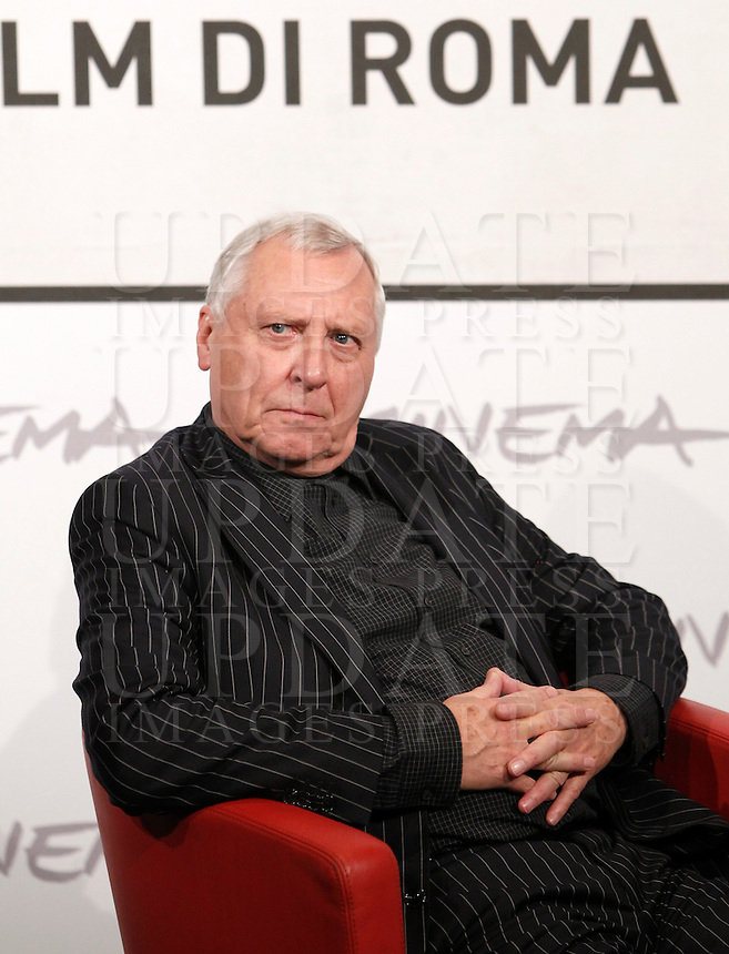 "Il regista gallese Peter Greenaway posa durante un photocall per la presentazione del film ""Goltzius and the Pelican Company"" al Festival Internazionale del Film di Roma, 12 novembre 2012..British director Peter Greenaway poses for a photocall to present the movie ""Goltzius and the Pelican Company"" during the international Rome Film Festival at Rome's Auditorium, Rome 12 november 2012..UPDATE IMAGES PRESS/Isabella Bonotto"