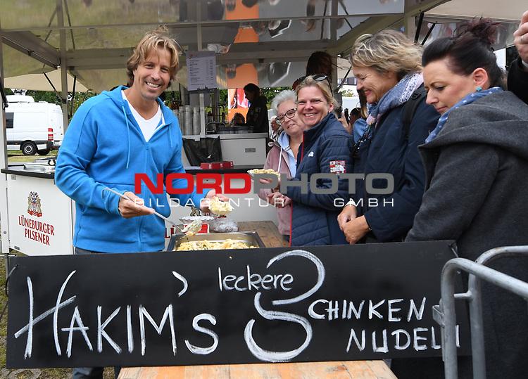 07.07.2019,  Lueneburg, Rote Rosen Fantag,  im Bild Hakim-Michael Meziani verkauft Schinkennudeln Foto © nordphoto / Witke
