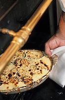 """Europe/France/Provence-Alpes-Côte- d'Azur/84/Vaucluse/Avignon: Jean Claude Altmayer chef de la table d'Hote de l 'Hotel-Restaurant """"La Mirande"""" prépare le gratin de courgettes à la graine de moutarde - découpe eds courgettes"""