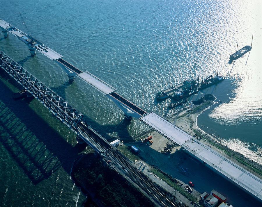 Nederland, Zuid-Holland, Hollandsch Diep, 17-10-2003; aanleg nieuwe Moerdijkbrug voor de HSL (hogesnelheidslijn) naast (en parallel aan) bestaande spoorbrug; detailopname, constructie: het eigenlijk betonnen brugdek wordt op het driehoekige hamerstuk (boven op de pijlers) geplaatst; verkeer en vervoer, transport, infrastructuur, bouwen, spoor, rail, planologie ruimtelijke ordening, landschap;;<br /> luchtfoto (toeslag), aerial photo (additional fee)<br /> foto /photo Siebe Swart
