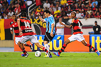 ATENCAO EDITOR: FOTO EMBARGADA PARA VEÍCULOS INTERNACIONAIS. - RIO DE JANEIRO, RJ, 16 DE SETEMBRO DE 2012 - CAMPEONATO BRASILEIRO - FLAMENGO X GREMIO - Kleber, jogador do Gremio, cercado por 3 marcadores, durante partida contra o Flamengo, pela 25a rodada do Campeonato Brasileiro, no Stadium Rio (Engenhao), na cidade do Rio de Janeiro, neste domingo, 16. FOTO BRUNO TURANO BRAZIL PHOTO PRESS