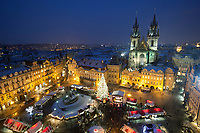 Tschechien, Boehmen, Prag: Ausblick vom Uhrturm auf den Weihnachtsmarkt vor der Teynkirche auf dem Altstaedter Ring, dem zentralen Marktplatz in der Altstadt | Czech Republic, Bohemia, Prague: Overview from the Clock Tower of Christmas Market in the Old Town Square with the Church of Our Lady before Tyn