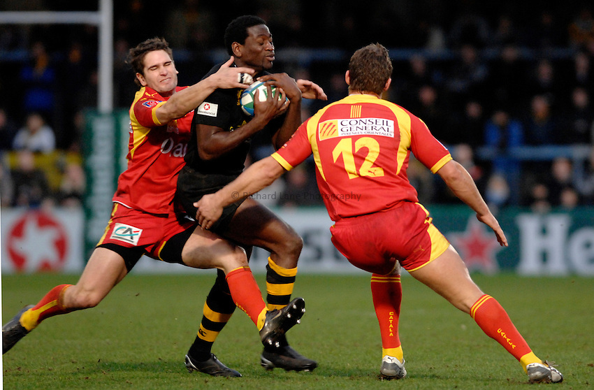 Photo: Richard Lane..London Wasps v Perpignan. Heineken Cup. 13/01/2007. .Wasps' Paul Sackey passes as Perpignan's Christophe Manas (lt) and Gavin Hume tackle.