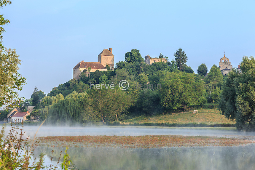 France, Allier (03), Chavroches, matin brumeux sur l'étang et le château // France, Allier, Chavroches, foggy morning on the lake and castle