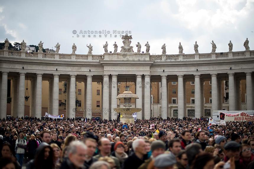 Città del Vaticano, 24 Febbraio, 2013. Pellegrini in Piazza San Pietro durante l'ultimo Angelus di Papa Benedetto XVI.