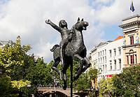 Beeld  van een ruiter op een paard , bij de Oude Gracht in de binnenstad van Utrecht