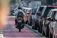 SÃO PAULO, SP, 24.05.2015 - TRÂNSITO-SP - Motociclista utiliza ciclo-faixa para burlar trânsito parado na rua Vegueiro, sentido centro, próximo ao metro Ana Rosa na manhã desta segunda-feira, 25 (Foto: Renato Mendes/Brazil Photo Press)