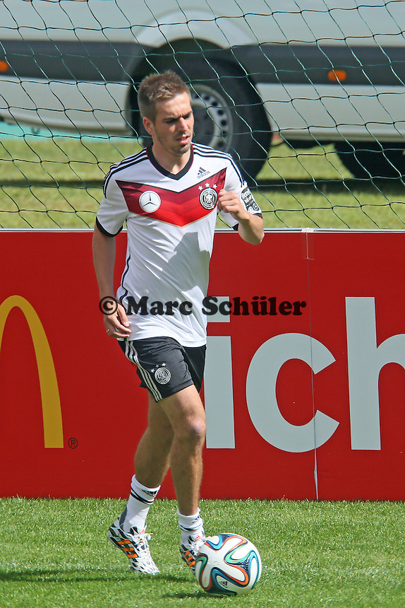 Philipp Lahm am Ball - Training der Deutschen Nationalmannschaft  zur WM-Vorbereitung in St. Martin