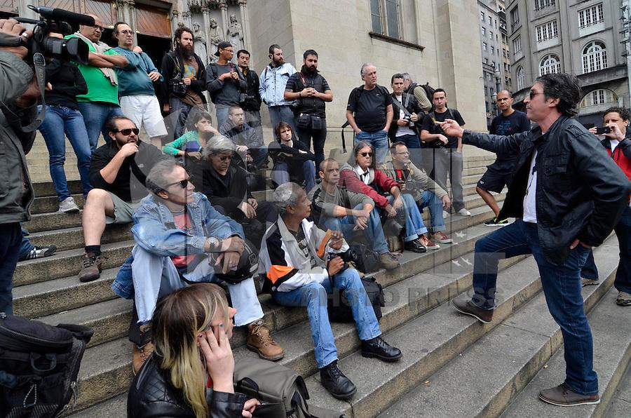 SAO PAULO, SP, 16 DE JUNHO DE 2013 - ATO CONTRA AGRESSÕES SOFRIDAS PELOS FOTÓGRAFOS DE SP: Repórteres fotográficos da imprensa realizaram na manhã deste domingo (16), na Catedral da Sé, em São Paulo (SP), um ato contra as agressões sofridas por parte polícia durantes as manifestações do movimento Passe Livre, que aconteceram na cidade nas últimas semanas. FOTO: LEVI BIANCO - BRAZIL PHOTO PRESS