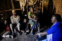 ETHIOPIA Taza Catholic Health Center , Kambata village / AETHIOPIEN Taza Catholic Health Center, Sr. Meskel Kelta besucht das Kambata Dorf Sululu, Familie Frau Aster Adma und Herr Antnoyo Endris (Vater) mit drei Kindern