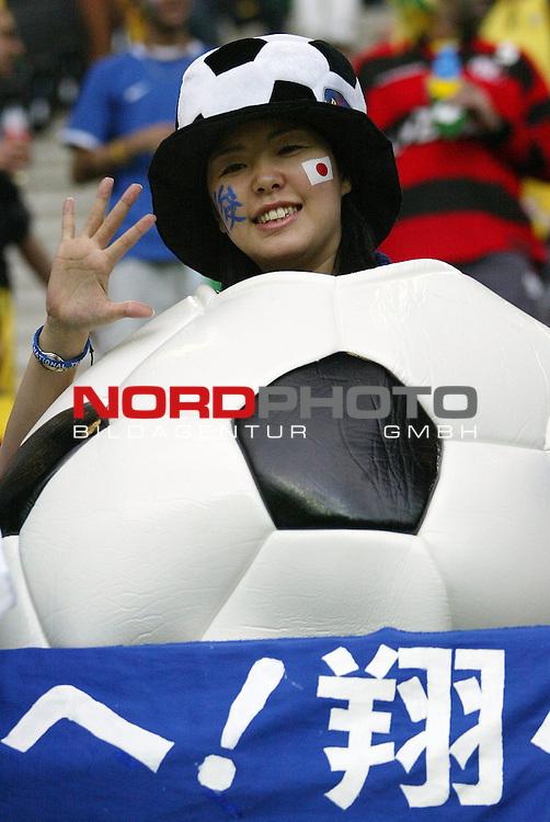 FIFA WM 2006 -  Gruppe F Vorrunde ( Group AF)<br /> Play   #43 (22-Jun) - Japan vs Brasilien<br /> <br /> Weiblicher Fan von Japan mit Riesenball als Bekleidung.<br /> <br /> Foto &copy; nordphoto