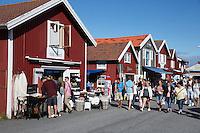 Sweden, Vaestra Goetaland County, Smoegen: Boutique shopping on Smoegen Island | Schweden, Vaestra Goetalands laen, Smoegen: Einkaufen in Smoegen auf der gleichnamigen Insel