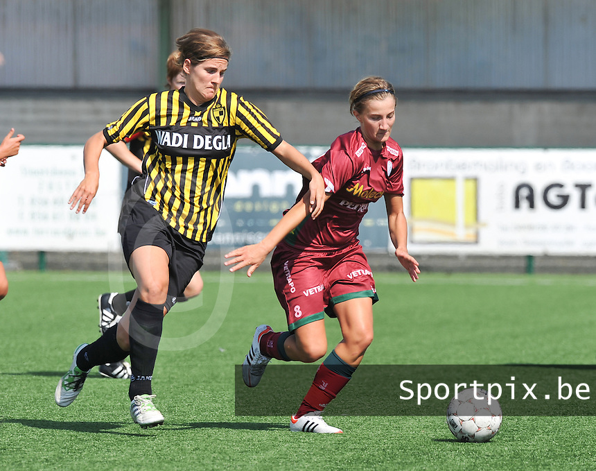 Dames Zulte - Waregem : Elodie Branquart aan de bal voor Evelien Stoffels van Lierse.foto DAVID CATRY  / Vrouwenteam.be.