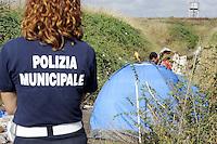 Roma, 28 Luglio 2011.Via Giorgio de Chirico.Sgombero di un insediamento di Rom romeni alla presenza del sindaco Gianni Alemanno