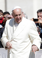 Papa Francesco al termine dell'udienza generale del mercoledi' in Piazza San Pietro, Citta' del Vaticano, 8 aprile 2015.<br /> Pope Francis leaves at the end of his weekly general audience in St. Peter's Square at the Vatican, 8 April 2015.<br /> UPDATE IMAGES PRESS/Riccardo De Luca<br /> <br /> STRICTLY ONLY FOR EDITORIAL USE