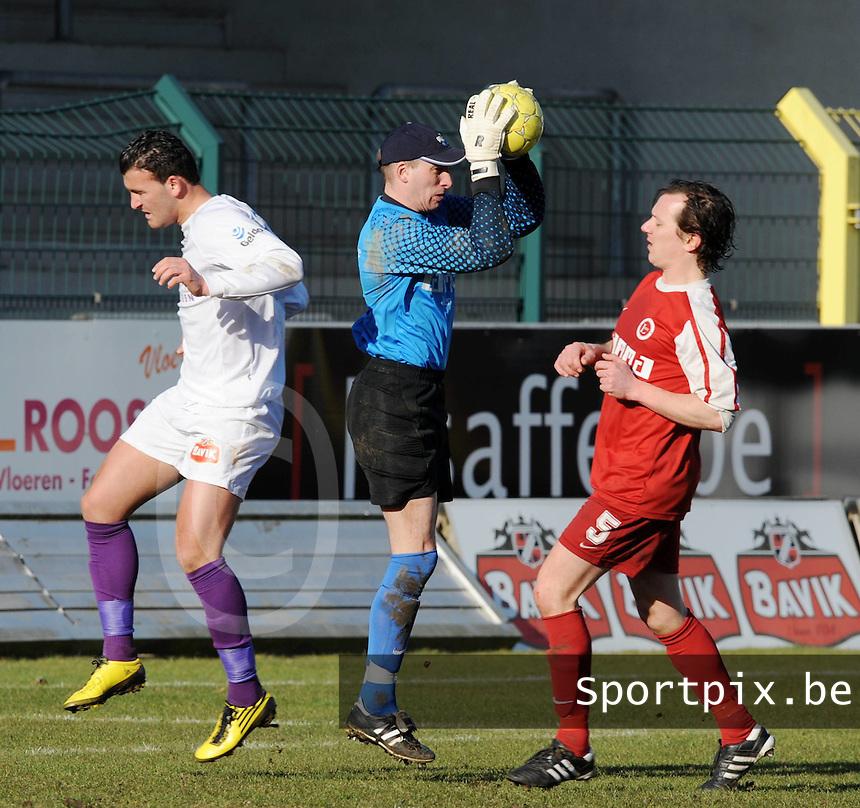 FC Langemark : Davy Vercruysse plukt de bal uit de lucht.foto VDB / BART VANDENBROUCKE