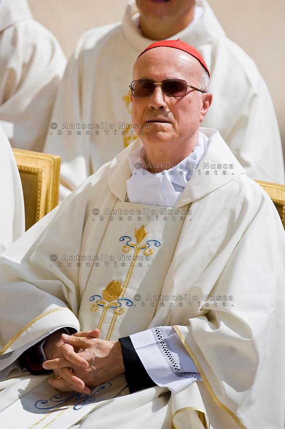 Il Cardinale Tarcisio Bertone assiste all'udienza generale nella Piazza di Castel Gandolfo. Cardinal Tarcisio bertone attends the general Audience in Castel Gandolfo.
