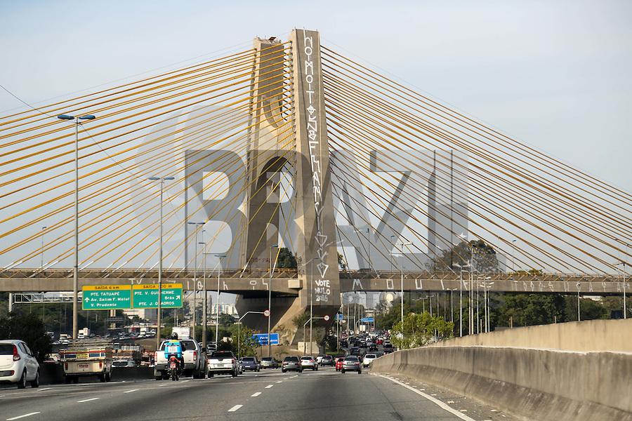 SÃO PAULO,SP, 25.06.2016 - VANDALISMO-SP - A Ponte Governador Orestes Quércia é vista pichada na Marginal Tietê, zona norte de São Paulo, neste sábado 25. (Foto: William Volcov/Brazil Photo Press)