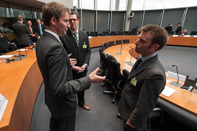 Zweiter Sitzungstag des 1. NSA-Untersuchungsausschuss am Donnerstag den 5. Juni 2014.<br /> Im Bild: Prof. Dr. Patrick Sensberg, Vorsitzender des Untersuchungsausschuss (links) spricht vor der Ausschusssitzung mit Prof. Dr. Ian Brown (rechts) und Prof. Russel A. Miller (mitte), die als Experten vor den Ausschuss eingeladen worden sind.<br /> 5.6.2014, Berlin<br /> Copyright: Christian-Ditsch.de<br /> [Inhaltsveraendernde Manipulation des Fotos nur nach ausdruecklicher Genehmigung des Fotografen. Vereinbarungen ueber Abtretung von Persoenlichkeitsrechten/Model Release der abgebildeten Person/Personen liegen nicht vor. NO MODEL RELEASE! Don't publish without copyright Christian-Ditsch.de, Veroeffentlichung nur mit Fotografennennung, sowie gegen Honorar, MwSt. und Beleg. Konto:, I N G - D i B a, IBAN DE58500105175400192269, BIC INGDDEFFXXX, Kontakt: post@christian-ditsch.de]