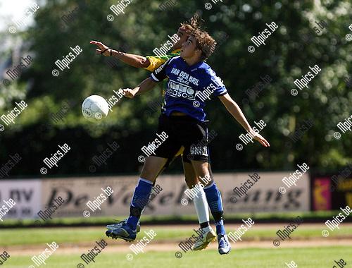 2007-08-05 / Voetbal / Schoten SK - Rupel Boom / kopduel tussen Tom Mewis van Rupel Boom (voor) en Hicham El Addouly van Schoten