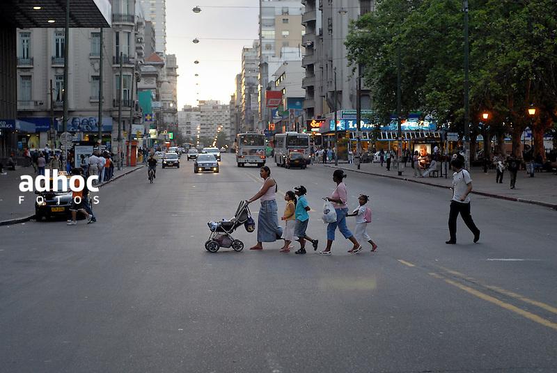 Avenida 18 de julio. Montevideo, 2007.<br /> URUGUAY / MONTEVIDEO / <br /> Foto: Ricardo Ant&uacute;nez / AdhocFotos<br /> www.adhocfotos.com